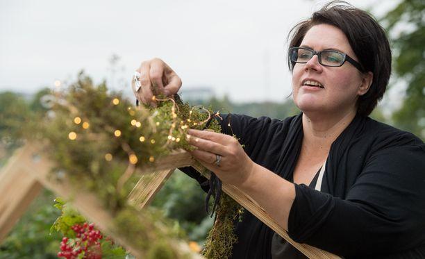 Floristi Minna Penttala teki juhlavan valoköynnöksen alkusyksyn pimeneviin iltoihin.