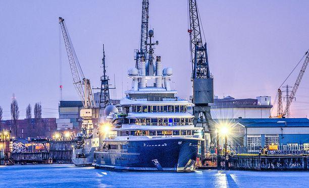 Britannian kalleimmassa erossa riidellään muun muassa tästä 500 miljoonan dollarin arvoisesta La Luna -huvijahdista. Jahti kuvattuna Hampurissa 2014.