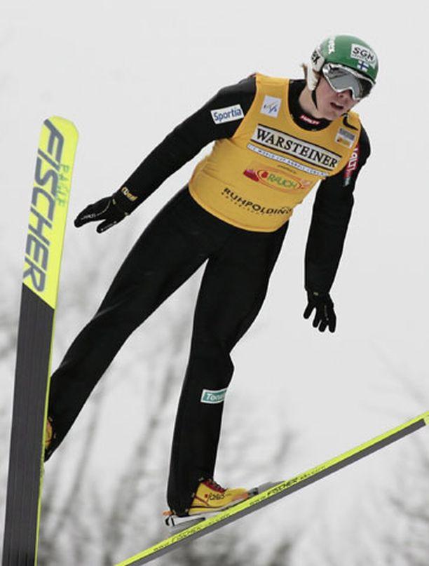 Anssi Koivuranta (kuvassa) ja Hannu Manninen pääsivät mäkiosuuden jälkeen ladulle kolmantena.