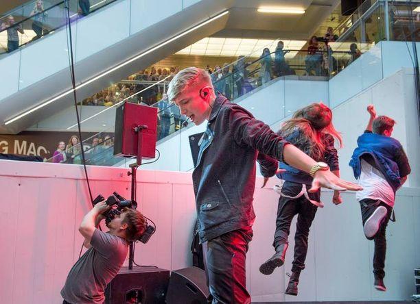 Isac Elliotin vauhdikas show villitsi fanit Forumissa.