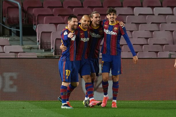 Ratkaisumaalin tekijää Martin Braithwaitea (toinen vas.) onnittelemassa Lionel Messi, Antoine Griezmann sekä Trincão.