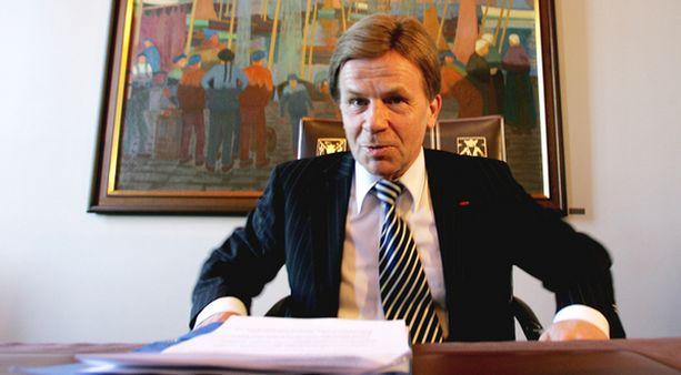 Elinkeinoministeri Mauri Pekkarinen tarkastutti toimintansa oikeuskanslerilla.