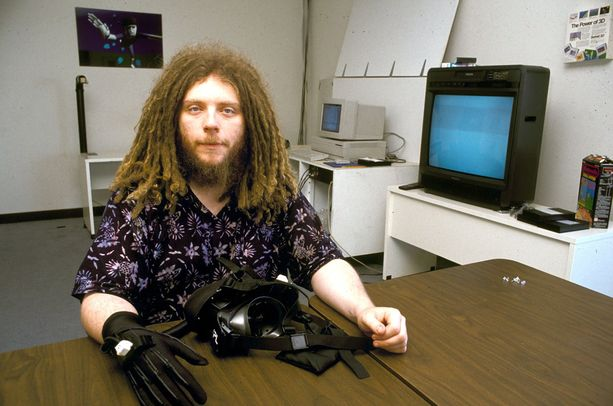 Jaron Lanier on työskennellyt it-alalla pitkään. Tässä vuonna 1990 otetussa valokuvassa hän esittelee saavutuksiaan virtuaalitodellisuuden parissa.