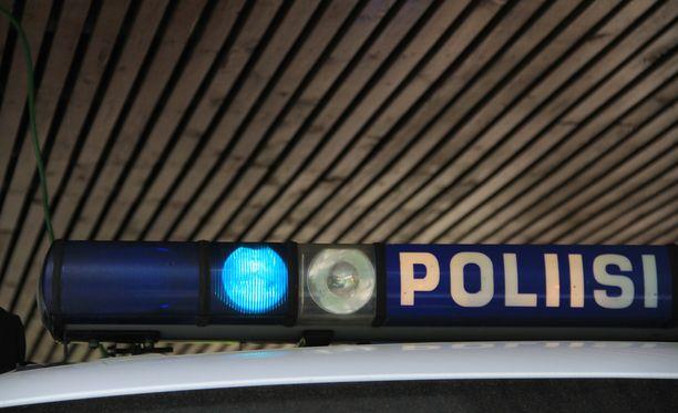 Poliisit saivat hyökkääjän nalkkiin sillalla.