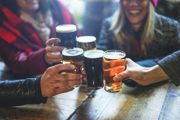 Sosiaalisia kontakteja tulisi nyt välttää, mutta silti osa ihmisistä on jatkanut baareissa käymistä. Kuvituskuva.
