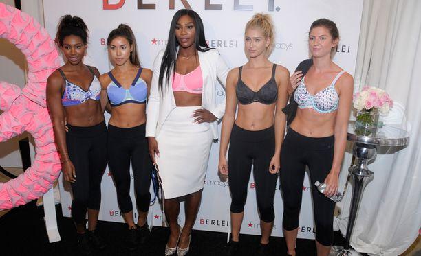 Serena Williams ja muut mallit poseerasivat lanseeraustilaisuudessa.