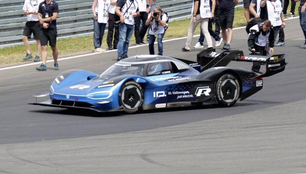 Volkswagenin ID.R sähkökilpa-auton prototyyppi ja Romain Dumas nappasivat uuden rataennätyksen Englannissa.