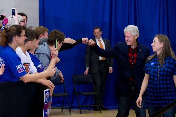Yhdysvaltain entinen presidentti Bill Clinton antoi fist bumpin yleisön edustajalle esiintyessään vaimonsa presidenttikampanjassa lukiossa Iowassa. Vierellä tytär Chelsea Clinton.