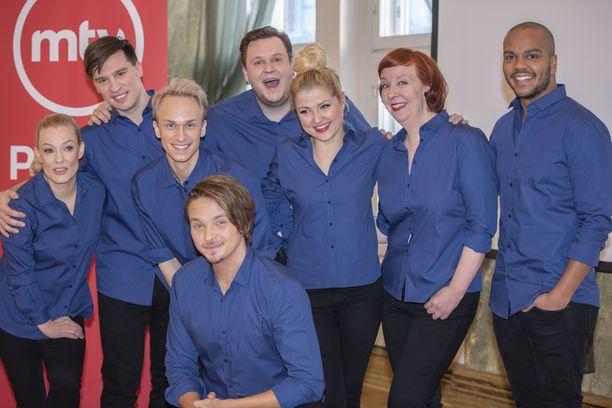 Putouksessa nähdään Terhi Suorlahti (ensimmäinen vasemmalta) Mikko Virtanen, Kristoffer Strandberg, Roope Salminen, Mikko Penttilä, Helmi-Leena Nummela, Jenni Kokanderi ja Ernest Lawson.
