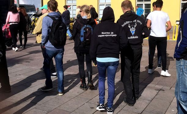 Kampin mielenosoituksessa nähtiin muun muassa Soldiers of Odinin tunnuksia.