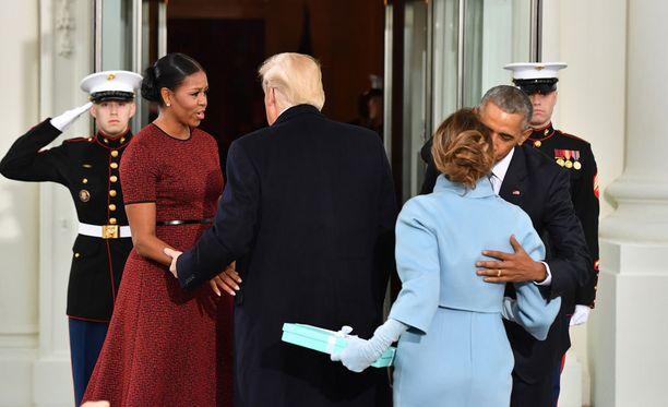 Melania Trump toi Michelle Obamalle lahjan.