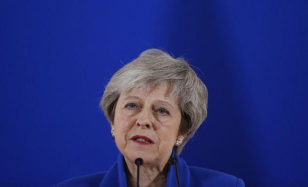 Britannian pääministeri Theresa May on jäänyt yksin sopimuksensa kanssa, kun omat konservatiivikansanedustajatkaan eivät suurelta osin kannata sitä.