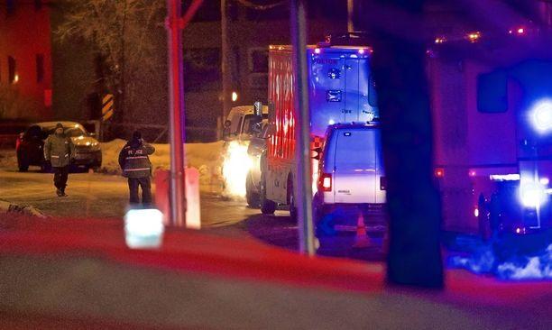 Poliisit tutkivat rikospaikkaa, jossa kuusi ihmistä sai surmansa ja kahdeksan haavoittui.