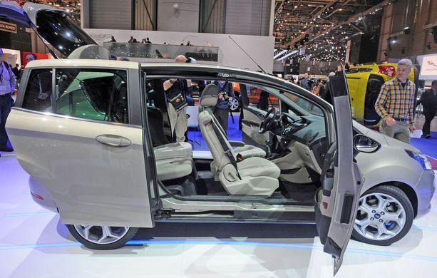 Auton riittävä istumakorkeus ja helppo sisäänkäynti ovat tärkeitä. Tässä autossa ei ole lainkaan keskipalkkia, jolloin kulku on avaraa. (Ford B-Max).