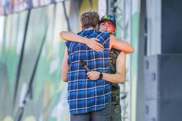 Robin ja Samu Haber halasivat toisiaan lämpimästi Ruisrockin Rantalavalla viime kesänä.
