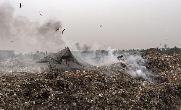 Tutkijat varoittavat, että taistelu ilmastonmuutosta vastaan uhkaa muuttua entistä vaikeammaksi lisääntyneiden ilman metaanipitoisuuksien takia. Kuva Intian Kalkutan liepeillä sijaitsevalta kaatopaikalta, jonka valtavat metaanipäästöt vaikuttavat kaupunkilaisten terveyteen.