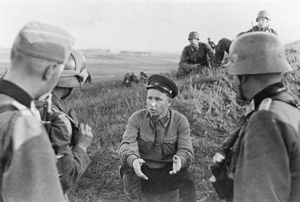 Politrukit tunnetaan Neuvostoliiton Puna-armeijasta. Kuvassa saksalaisten vuonna 1941 itärintamalta vangiksi ottama politrukki.
