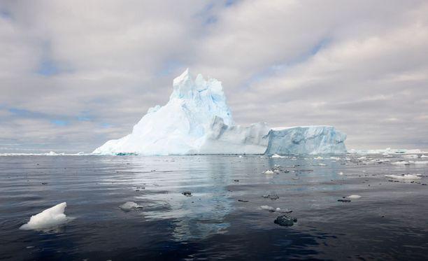 Jäätiköiden sulaminen vaikuttaa muun muassa sekä ilman että tuulien lämpötilaan.