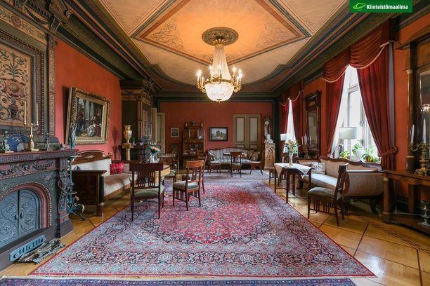 Suuri salonki on sisustettu empire- ja uusempirehuonekaluin.