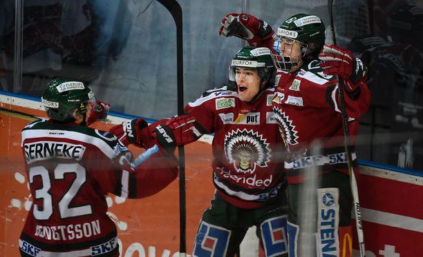 Kristian Vesalainen (oik.) tuuletti villisti uransa ensimmäistä SHL-maalia.