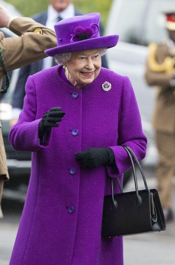 Kuningatar ei koskaan nosta laukkuaan olalle, vaan se keikkuu kauniisti hänen käsivarrellaan.