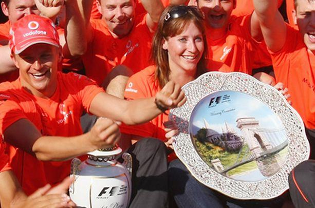 Catherine osallistui voitonjuhliin Heikin rinnalla tämän ensimmäisen osakilpailuvoiton jälkeen.