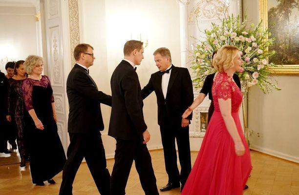 Puhemies Maria Lohelan pinkki iltapuku erottui päivällisillä.