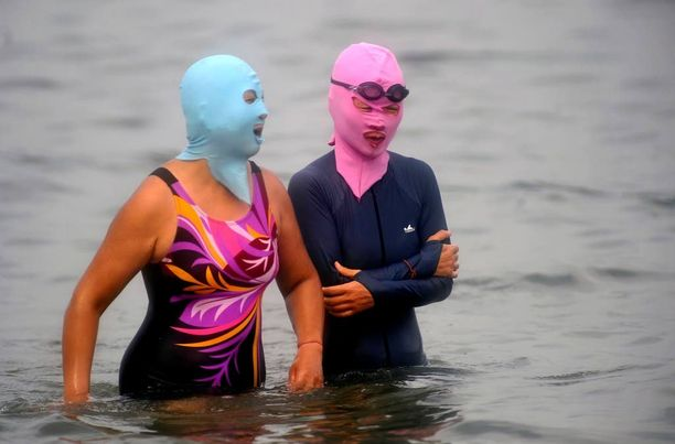 Osa käyttää tavallista uimapukua facekinin kanssa.