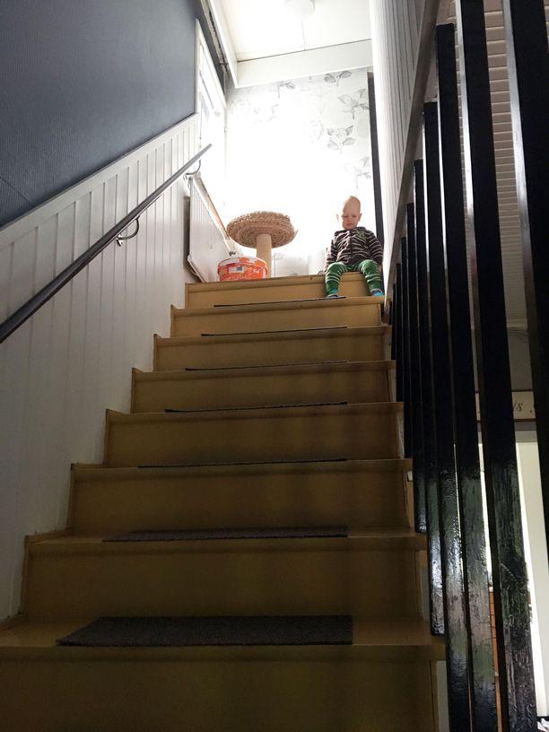 Tältä näytti Ville Kylanderin kodin portaat ennen kuin ne laitettiin uuteen uskoon.