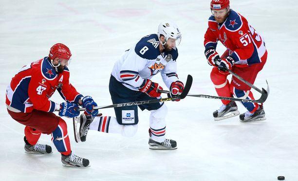 Magnitogorskin Wojtek Wolski (keskellä) loukkaantui vakavasti viime syksynä.