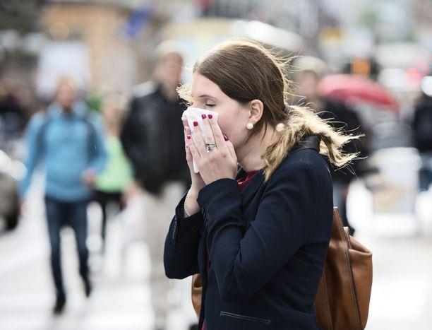 Influenssakausi saattaa alkaa Suomessa tänä vuonna poikkeuksellisen aikaisin, sillä ensimmäiset tautitapaukset on jo löydetty. Influenssarokotukset pääsevät kunnolla käyntiin vasta useiden viikkojen kuluttua, sillä suuri osa rokotteista on vasta matkalla Suomeen.