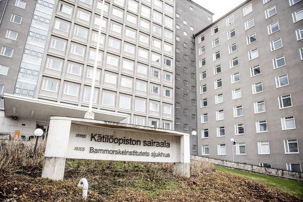 Nuorelle naiselle tehtiin läheisten tietämättä raskaudenkeskeytys Helsingin Kätilöopistolla. Naisen mukaan hän murtui ja mies käytti arkaluotoista tietoa hyväkseen.