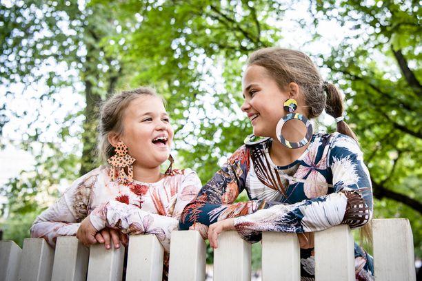 Tubettajatytöt, Sofia (vasemmalla) ja Elina kuvaavat videoita YouTubeen omalla kännykällä. He ovat lähikuukausina opetelleet myös editoimaan videoita kotikoneella. Yksi uusimmista on 24 tunnin haastevideo sumopainijan asussa.