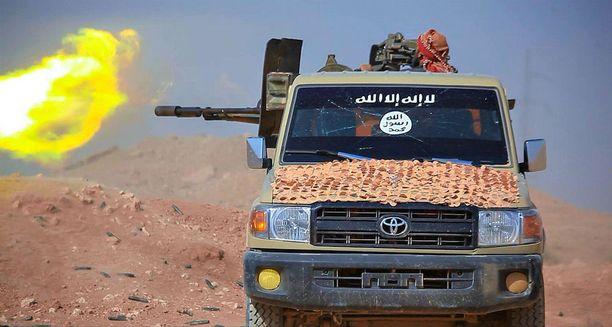 Kuvakaappaus Isisin propagandavideolta taisteluista Syyrian armeijaa vastaan kesällä 2016.
