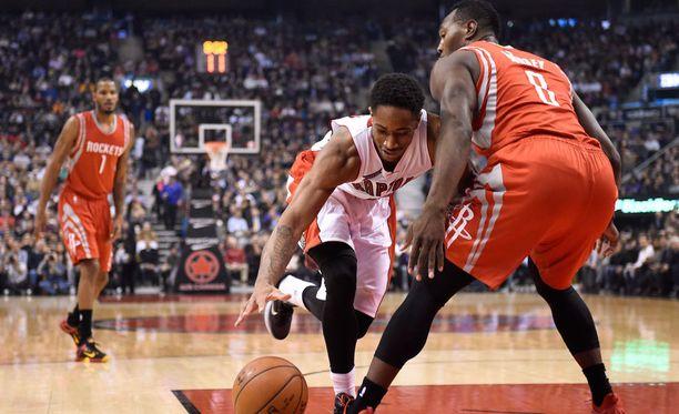 Toronto Raptorsin DeMar DeRozan jallitteli Houston Rocketsin Joey Dorseya.
