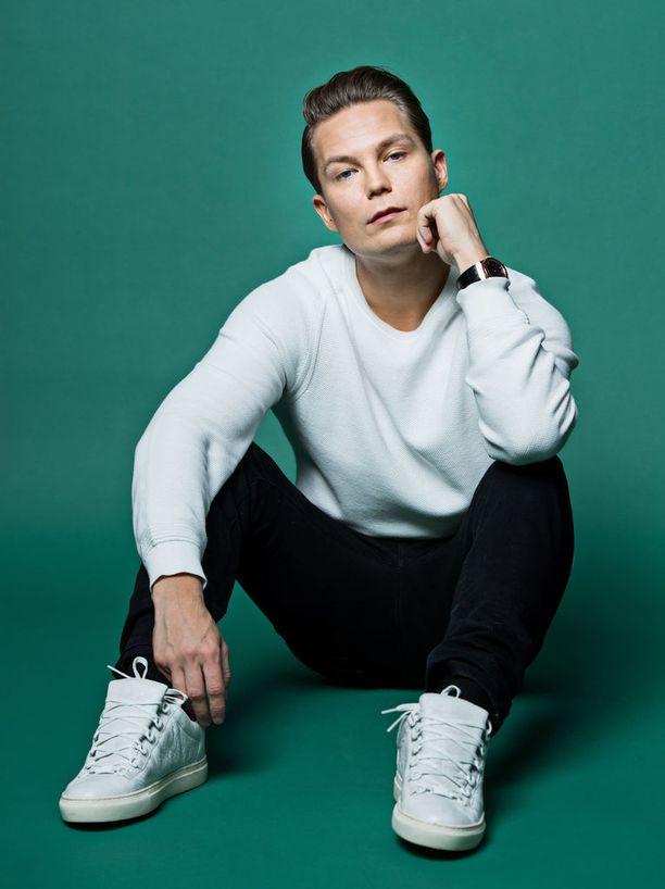 Jare Tiihonen ei vielä tiedä, mitä hän tekee viimeisten keikkojensa jälkeen. Tiihonen arvelee työskentelevänsä musiikin parissa, mutta taustalla.