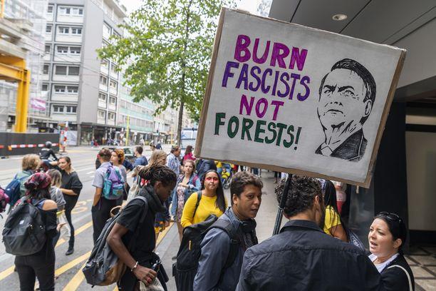 Presidentti Jair Bolsonaro on joutunut mielenosoittajien hampaisiin metsätuhojen vuoksi.