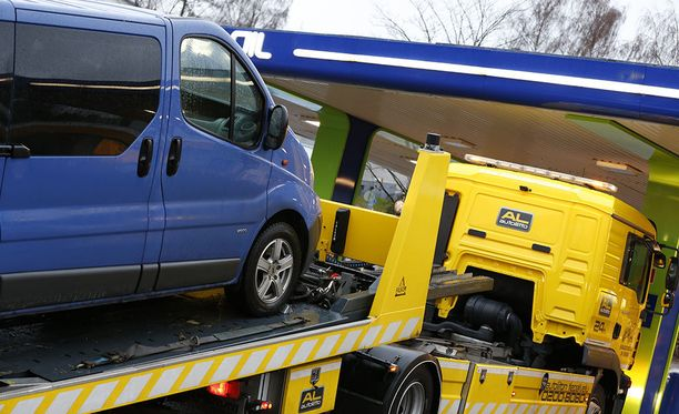 Hinausauto kuljettaa autosi niin bensa-asemalle, autokorjaamolle kuin rengasliikkeeseen.