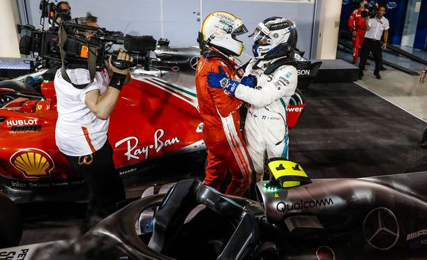 Valtteri Bottas (oik.) onnitteli Sebastian Vetteliä voitosta.