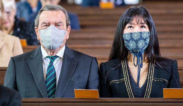 Ex-liittokansleri Gerhard Schröder ja vaimonsa Schröder-Kim So-yeon juhlimassa Saksojen yhdistymisen vuosipäivää.