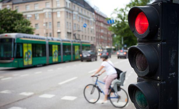 Kyselyyn vastanneista 86 prosenttia ilmoitti pitävänsä autolla punaisia päin ajamista vakavana tai erittäin vakavana liikennerikkomuksena.