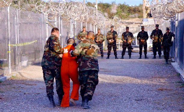 Vankia raahattiin selliin Guantanamo Bayn vankileirillä Kuubassa tammikuussa 2002.