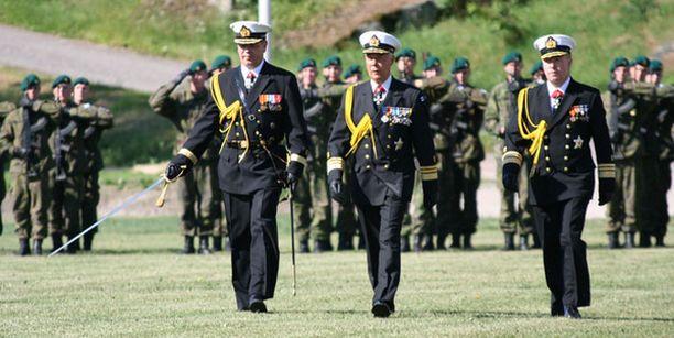 Komentajuus on vaihtunut. Kuvassa oikealta vara-amiraali Juha Rannikko, vara-amiraali Hans Holmström ja lippueamiraali Veli-Jukka Pennala.