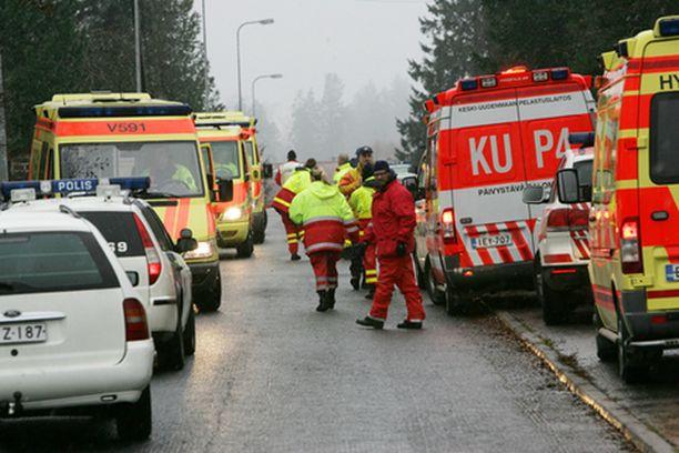 Jokelan koulukeskuksen ympäristö täyttyi poliisi- ja pelastusviranomaisista.