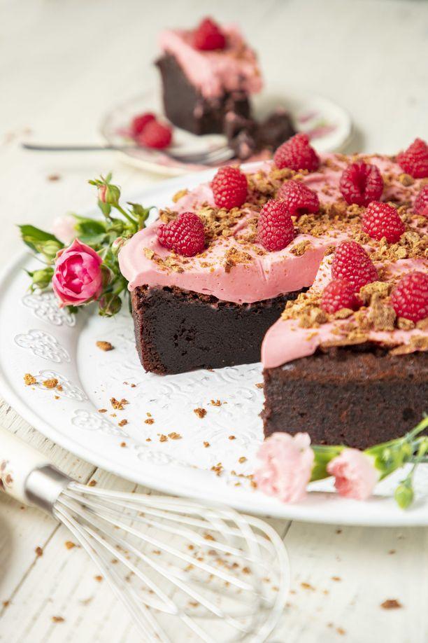 Tällä kertaa suklaakakun päällä on vedelmainen kreemi. Mutta vadelman lisäksi suklaa rakastaa muun muassa appelsiinia ja minttua.
