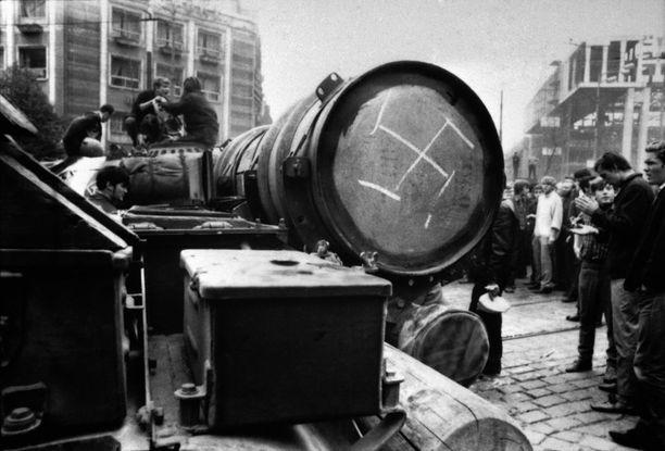 Tankkeihin piirrettiin natsisymboleja protestina miehittämistä vastaan.