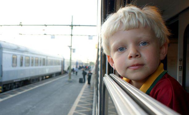 Lasten kanssa matkustaessa yllätyksiin kannattaa varautua aikuisten matkoja tarkemmin. Kuvituskuva.