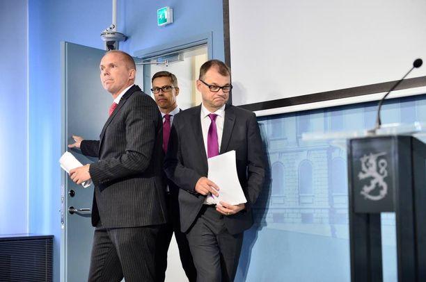 Pääministeri Sipilän hallitus leikkaa useilta eri hallinnonaloilta. Säästöistä huolimatta ensi vuoden budjetti on viisi miljardia euroa alijäämäinen, mikä katetaan ottamalla lisää velkaa.