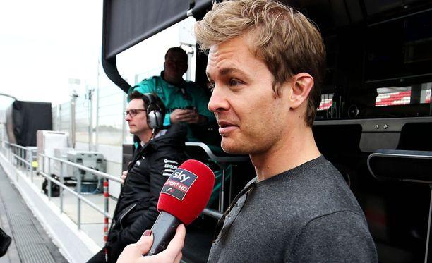 Nico Rosbergin mukaan koko Mercedes tukee Lewis Hamiltonia.
