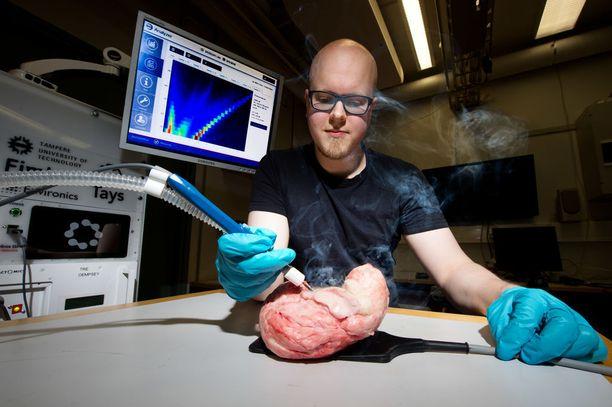Kun Anton Kontunen leikkaa älyveitsellä porsaan rintalihasta, savusta kerätty tieto ilmestyy analyysin jälkeen nopeasti näytöllä.
